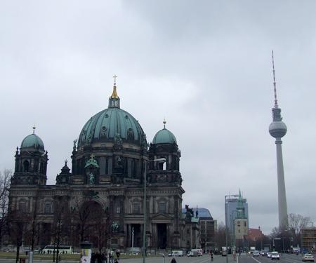 Berliner Dom con il Berliner Fernsehturm