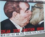 La piu' famosa foto sul muro di Berlino nella East Side Gallery