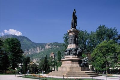 La statua dedicata a Dante Alighieri