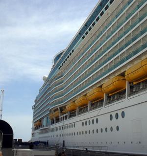 Lato destro della nave visto dal molo
