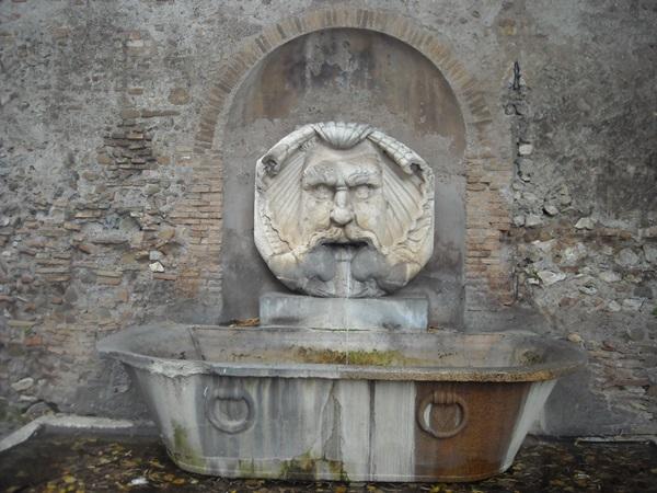 Fontana con mascherone all'ingresso del Giardino degli Aranci - Fonte L'Asino d'Oro