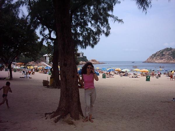 Stefania in spiaggia ad Hong Kong